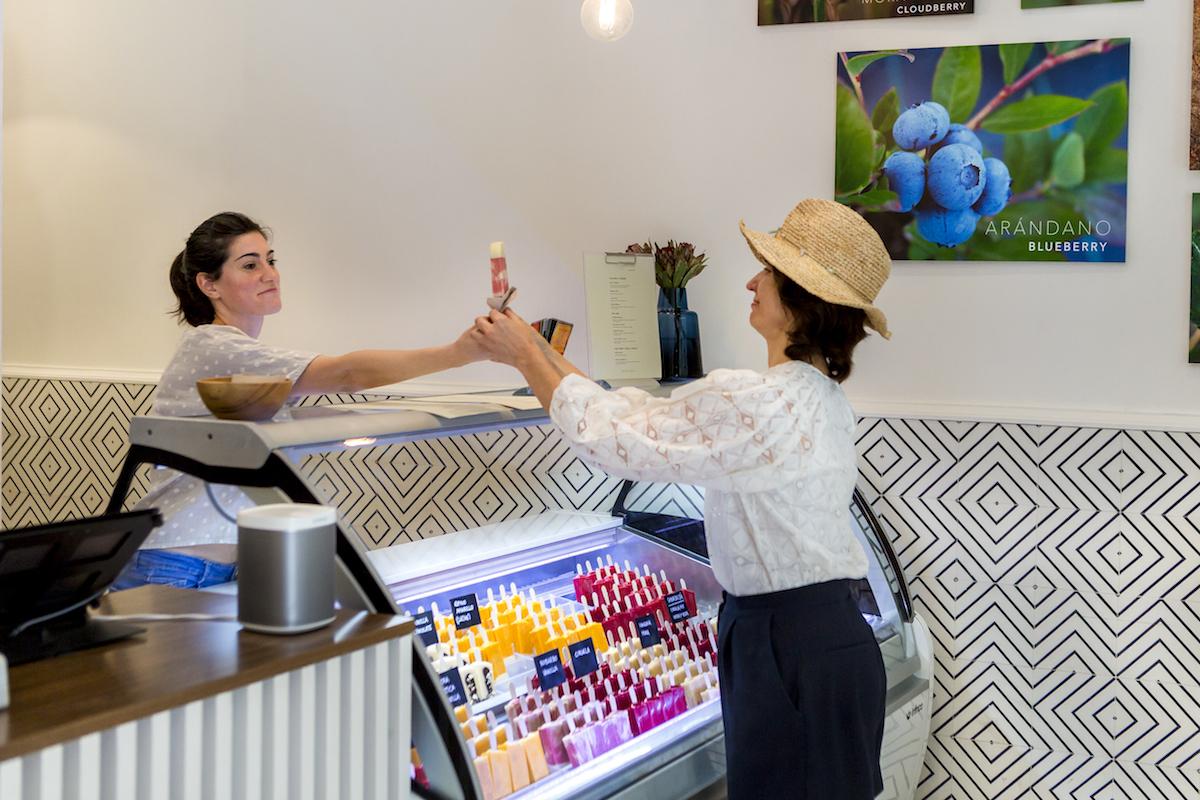 Una clienta toma el polo de manos de la dependienta. Foto: Javier Sierra