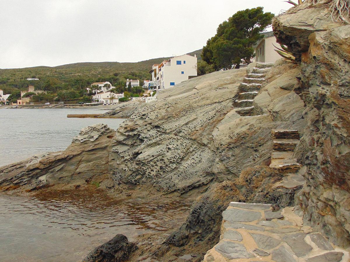 Camino de ronda de Cadaqués a pie de la playa