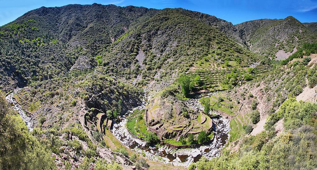 Los meandros del río Malvellido que pasan junto al volcán El Gasco. Foto: shutterstock.