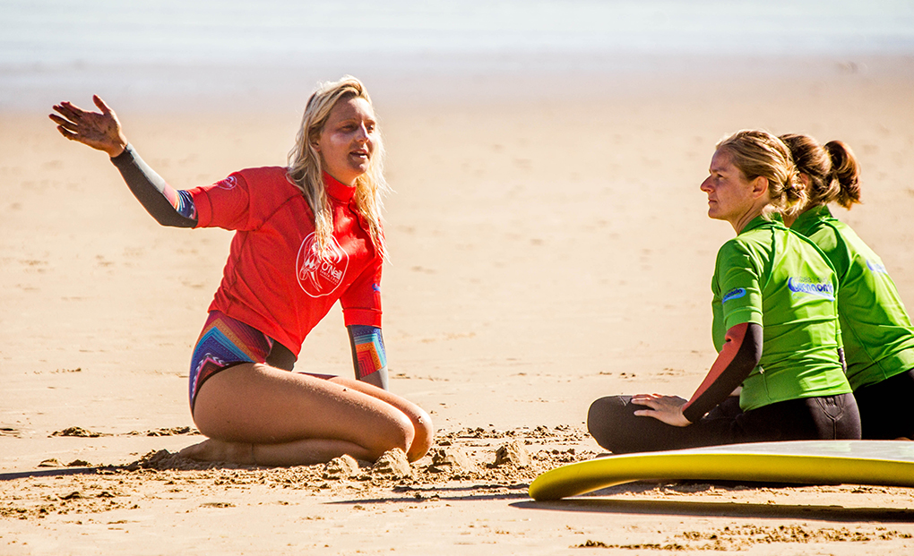 Esta instantánea de una clase en El Rosal demuestra que el surf cada vez atrae a más chicas. Foto: Buena Onda