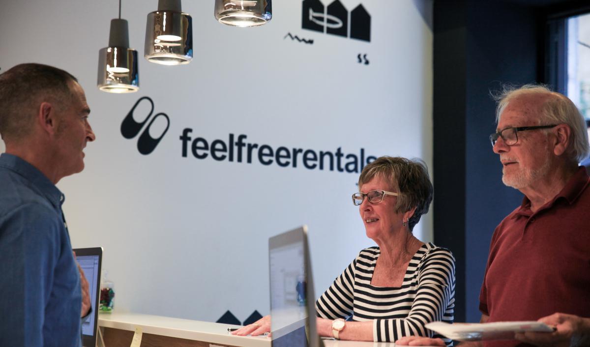 dos clientes extranjeros y de la tercera edad en el mostrador de Feel Free