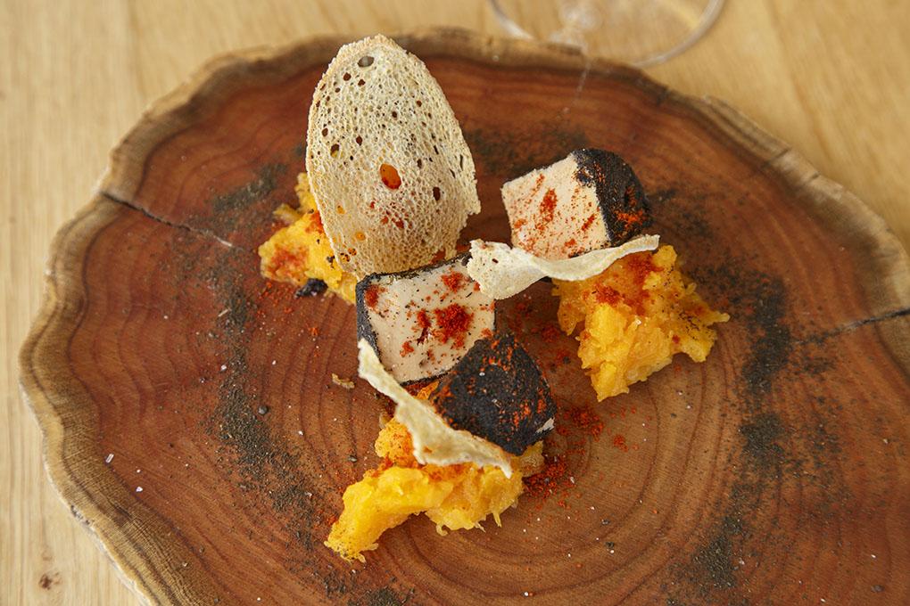 Restaurante Monastrell: terrina de hígado de pato recubierto de té lapsang, pimentones y calabaza. Foto: Pepe Olivares.