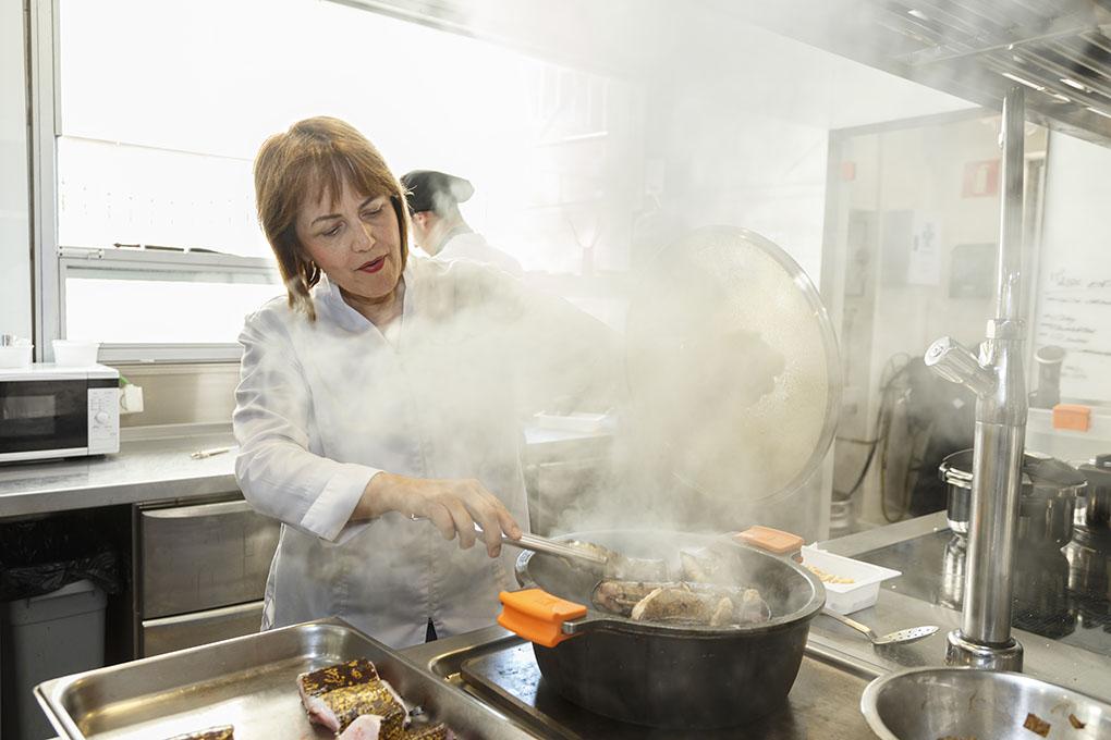Restaurante Monastrell: María José San Román preparando un arroz. Foto: Pepe Olivares.
