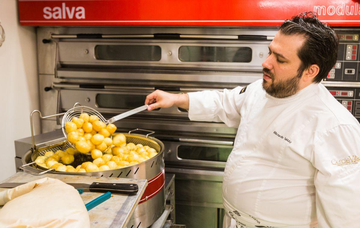Removiendo los buñuelos. Foto: Máximo García