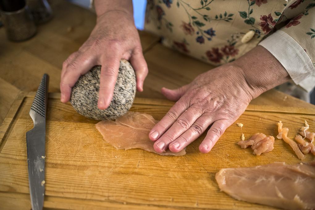 Golpear la carne con una piedra para ablandarla. Alfredo Cáliz