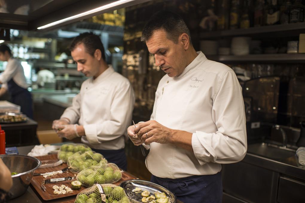 Oriol Castro y Eduard Xatruch, dos cocineros, pelan nueces verdes frescas