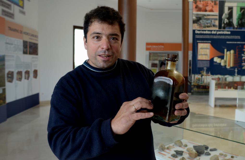 Carlos Gallo, alcalde de Sargentes de la Lora muestra un frasco de petróleo extraído del campo petrolífero.