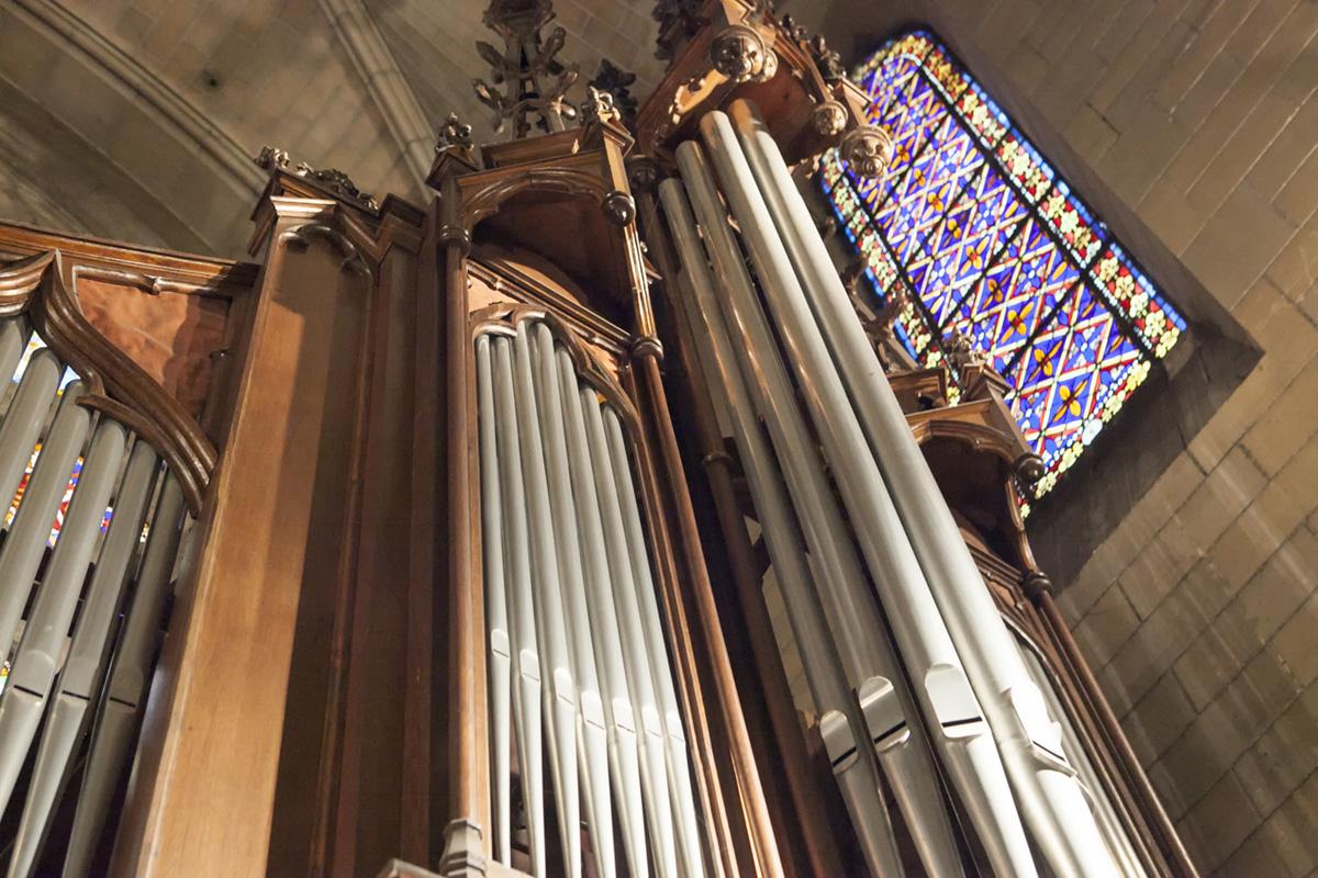 Detalle del centenario órgano de Torrelavega desde abajo. Foto: