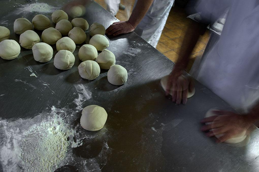 Formando en bolas los panes de Cruz. Foto: Manuel Ruiz Toribio