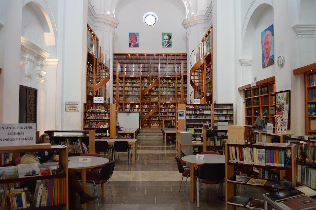Interior de la Biblioteca Arturo Gazul, en Llerena, Badajoz. Foto cedida