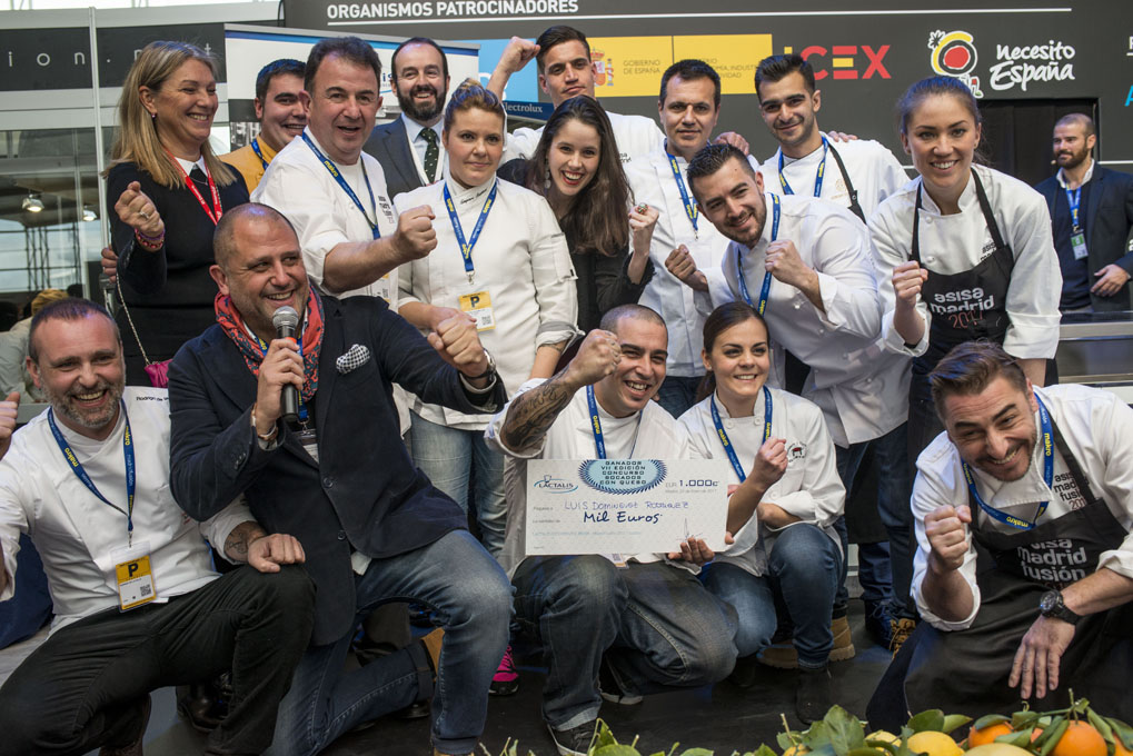 Jurado y participantes junto al ganador del concurso