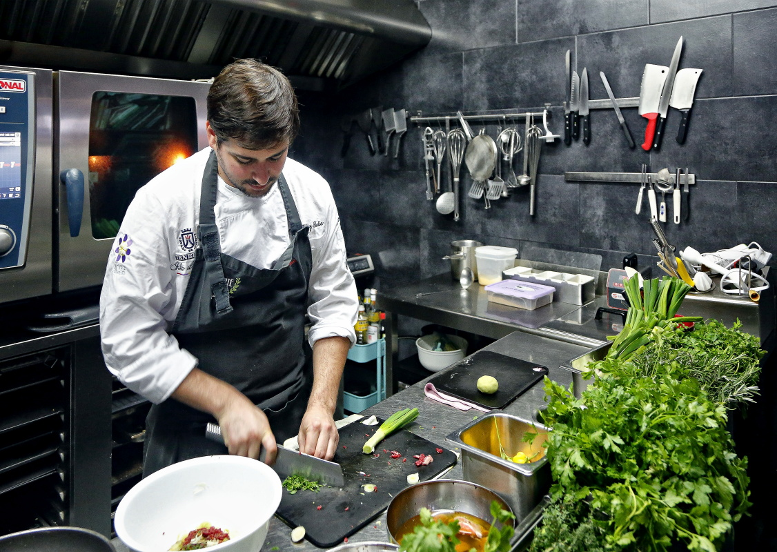 Restaurante AIE (El Sauzal). Omar Pérez en la cocina. Foto: Roberto Ranero