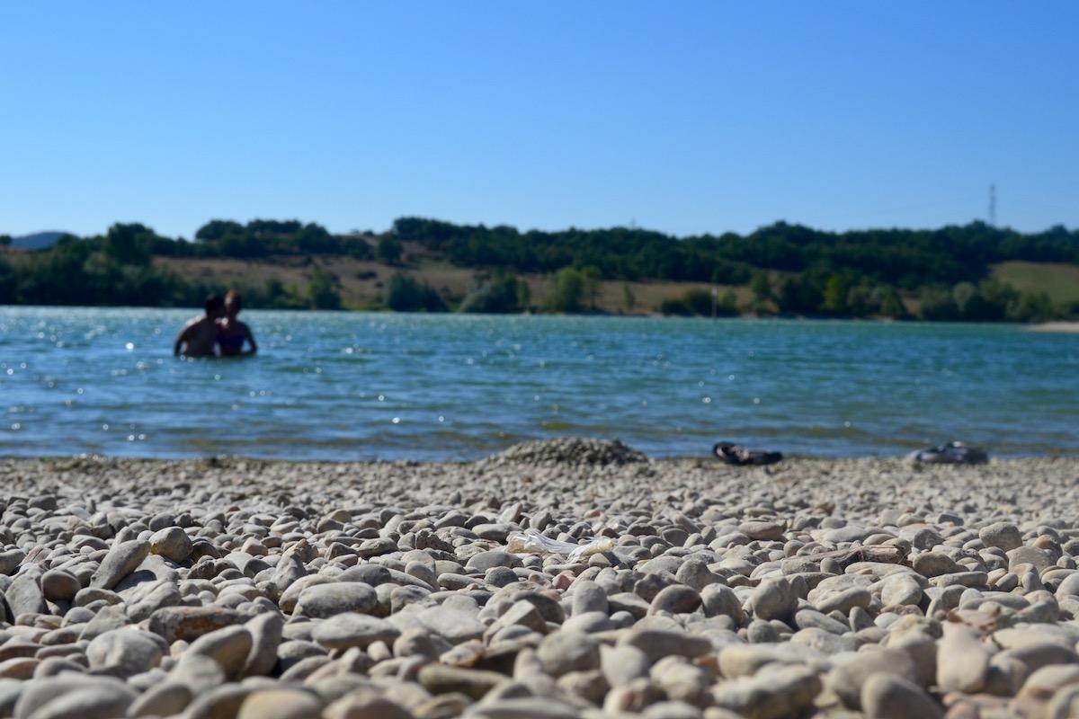 Dándose un chapuzón en las playas del parque provincial Garaio. Foto: Júlia Manresa