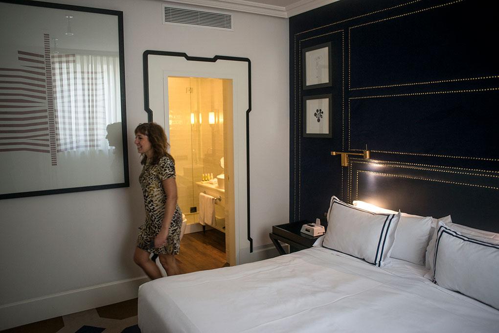 Interior de una habitación con cabecero simulando cuero azul marino