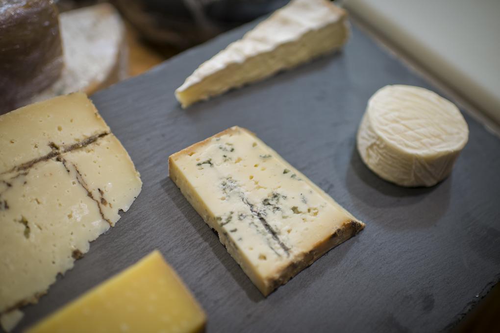 Tablas con cinco quesos en porciones