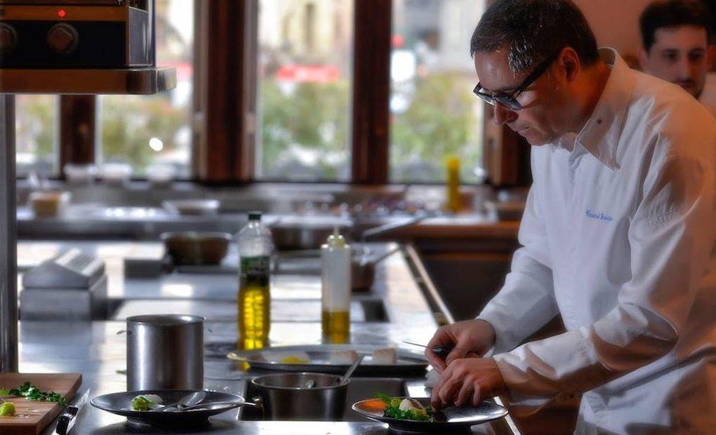 Carmelo Bosque en la cocina del restaurante Lillas Pastia (Huesca). Foto: Facebook