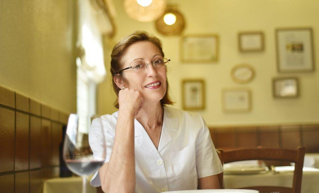 Josefa Navarro en la sala del restaurante Paco Gandía. Foto: Andrés Deltell