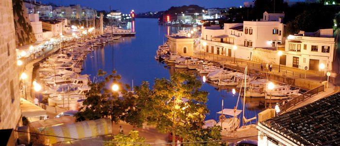 Vista nocturna del puerto deportivo de Ciutadella