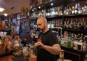 Apertura_Manu Iturregi del Café Residence en la barra. Foto: José A. López Inchaurbe