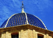 Tejado de cerámica de la iglesia de San Mateu