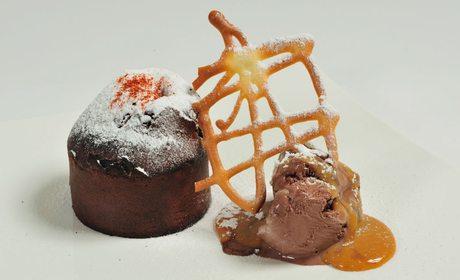 Bizcocho caliente relleno de azafrán, del restaurante El Azafrán