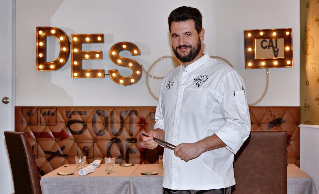 El chef Iván Sáez en la sala de su restaurante Desencaja, Madrid. Foto: Roberto Ranero