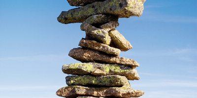 Torre de piedras en la sierra