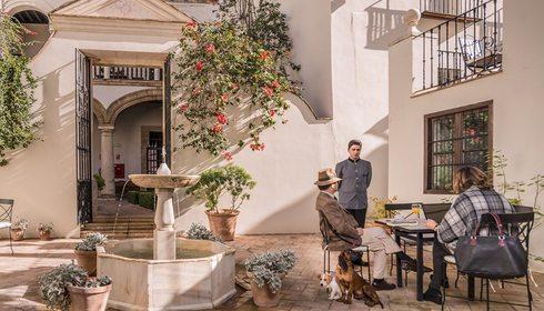 Patio de las Casas de la Judería. Foto: Facebook
