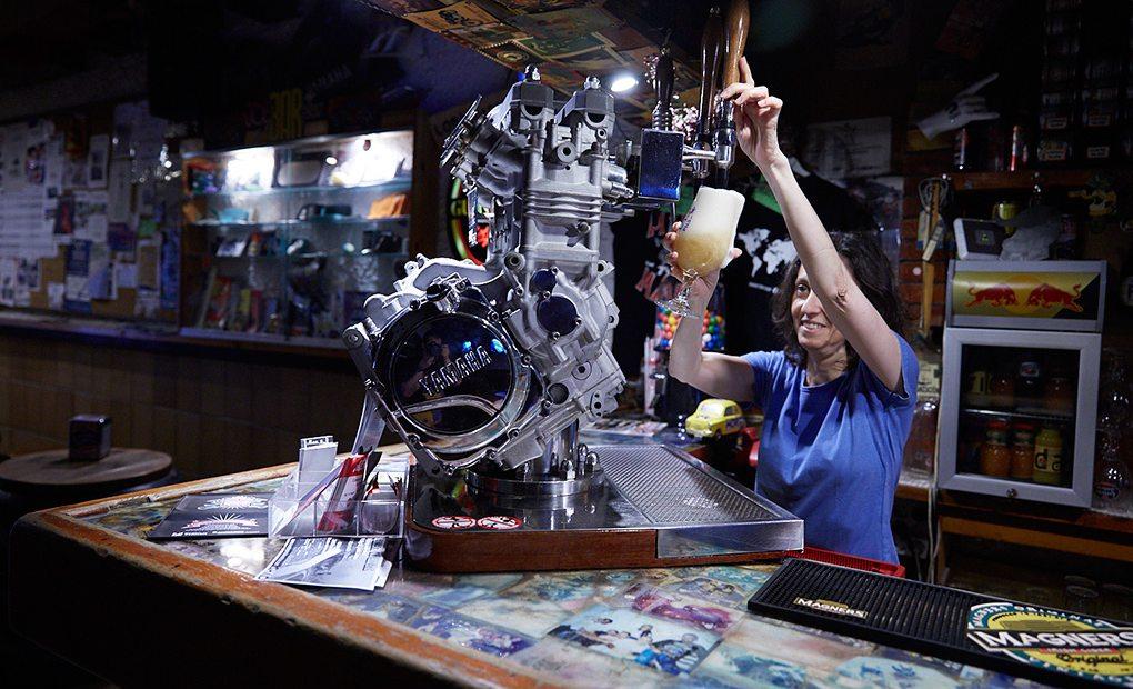Paddock Motard Bar, Barcelona. Vista del Tirador de cerveza en forma de motor Yamaha. Foto: Xavier Torres Bacchetta