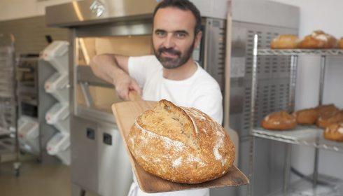 Sacando un pan con la pala. Foto: José García