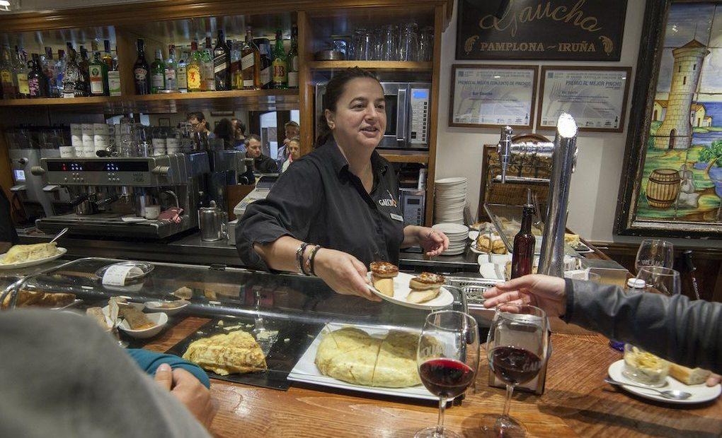 Marga Portas trabajando en la barra. Bar Gaucho, Pamplona. Fotos: Garikoitz Díaz.