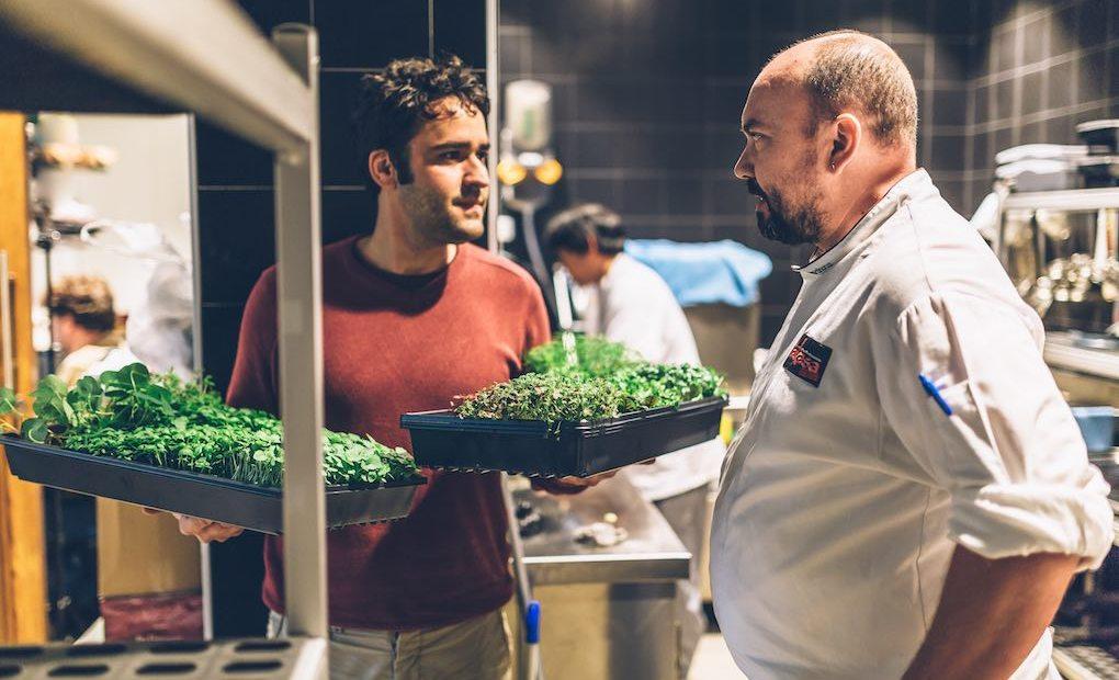 César Martín con proveedor de hierbas. Apertura. Foto: Lakasa
