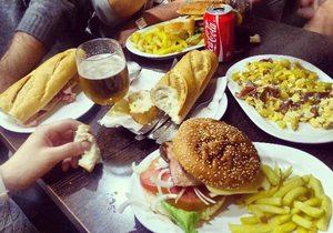 hamburguesa y bocatas en el bar iberia