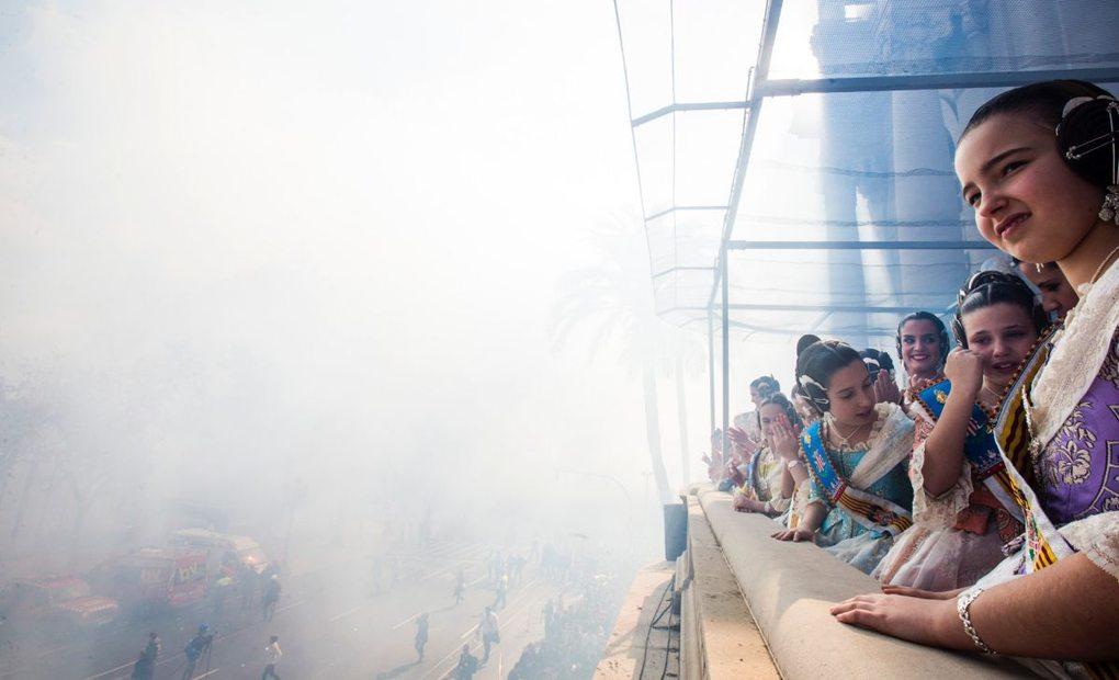 Las falleras viendo la mascletá desde un balcón. Foto: Eva Máñez