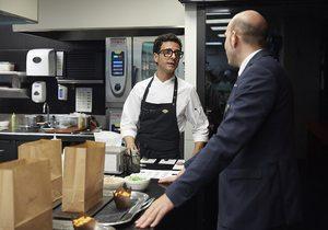 Restaurante Moments en el Hotel Mandarin de Barcelona. En la cocina del Moments preparando el menú degustación. Foto: Xavier Torres-Bacchetta