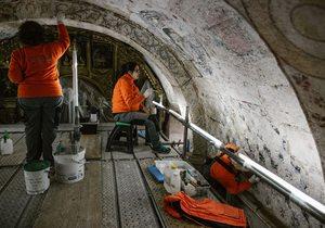 Restauradoras en andamio con los frescos, Santa María de Nogueira. Foto: Clara Vilar