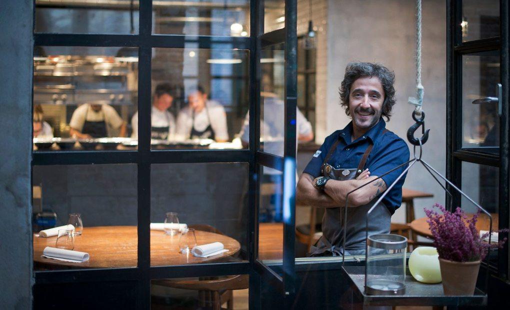 Apertura_Diego Guerrero feliz en el restaurante DSTAgE. Foto: Sofía Moro