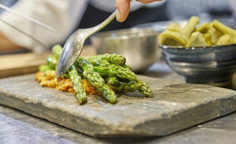 Plato de espárragos del restaurante Carabaña. Foto: Javier Peñas
