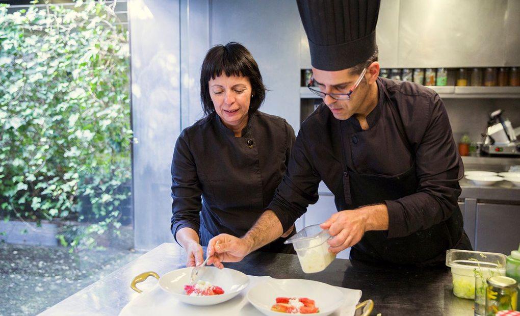 La chef Fina Puigdevall con su jefe de cocina del restaurante Les Cols, en Olot, Girona. Foto: Kristin Block