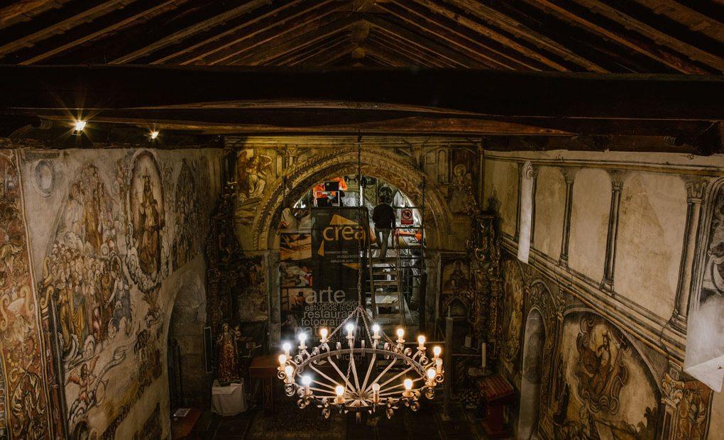 Interior Santa María de Nogueira, andamio con restauradoras. Foto: Clara Vilar