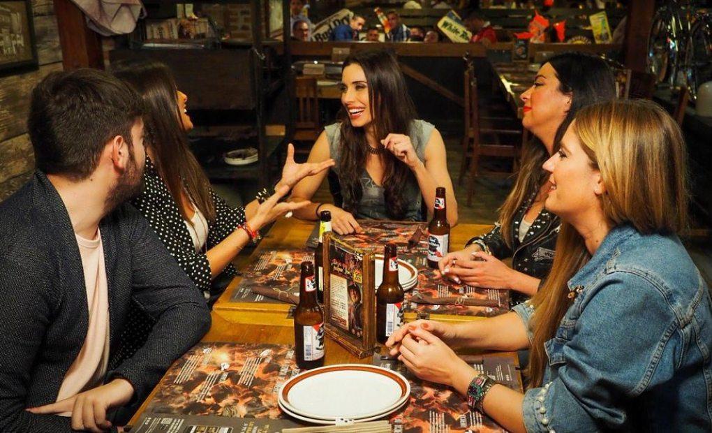 Pilar Rubio, con amigos en una comida con amigos.