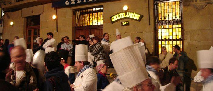 La sociedad gastronómica de Gaztelubide son los encargados de abrir cada año la Tamborrada / Flickr Anthony Patterson
