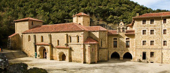 Fachada principal del Monasterio de Santo Toribio de Liébana