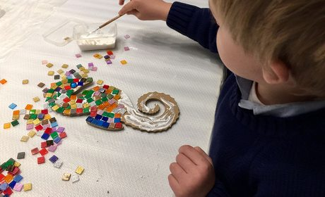 Taller de mosaicos en Barcelona - Ocio con niños | Guía Repsol