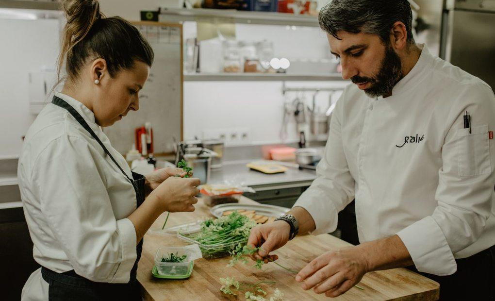 Eva y Xoán Crujeiras seleccionan las hierbas para el restaurante Bido (A Coruña). Foto: Clara Vilar