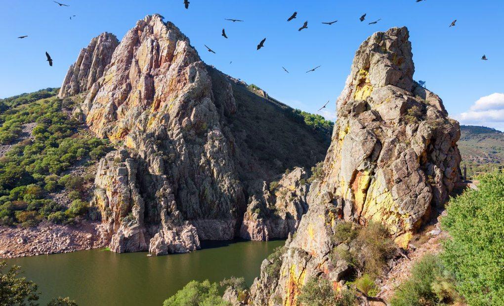 Las aves sobrevuelan el Salto del Gitano en el parque nacional Mongragüe. Foto: Shutterstock