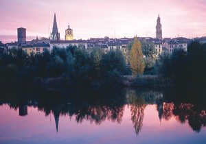 Logroño reflejado en el Ebro
