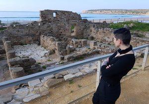 Clara mirando las ruinas de Baelo Claudia. Foto: Clara Peñalver