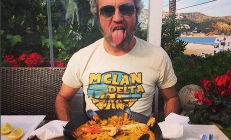 Carlos Tarque, de M Clan Celebrando un sold out en Ibiza con una paella. Foto: M Clan