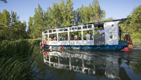 Barco Marques de la Ensenada sobre Canal de Castilla
